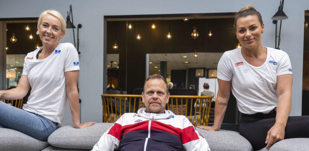 Katrine Lunde és Nora Mørk között Thorir Hergeirsson. Fotó: Tor Erik Schrøder