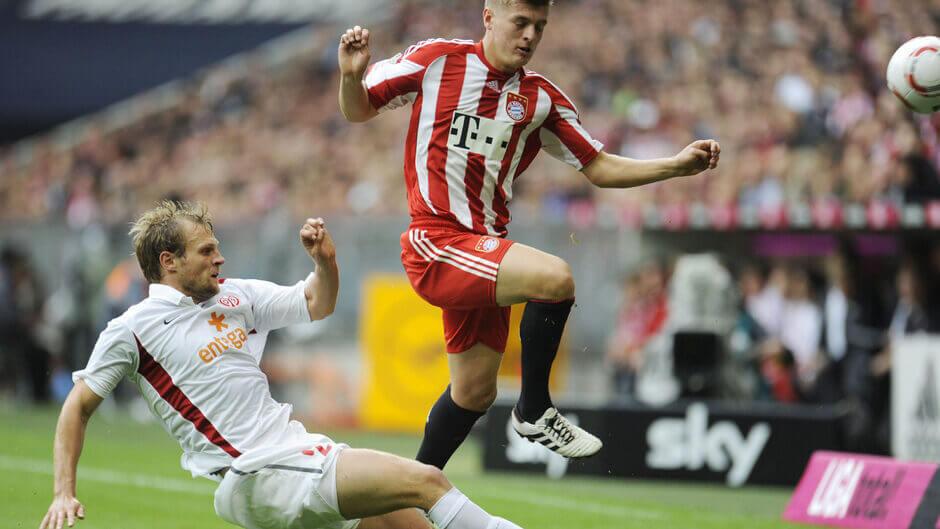 Bo Svensson öt szezonon keresztül is játszott a Mainz 05 színeiben. Itt éppen Toni Kroostot próbálja szerelni. Fotó: Andreas Gebert / Scanpix Denmark