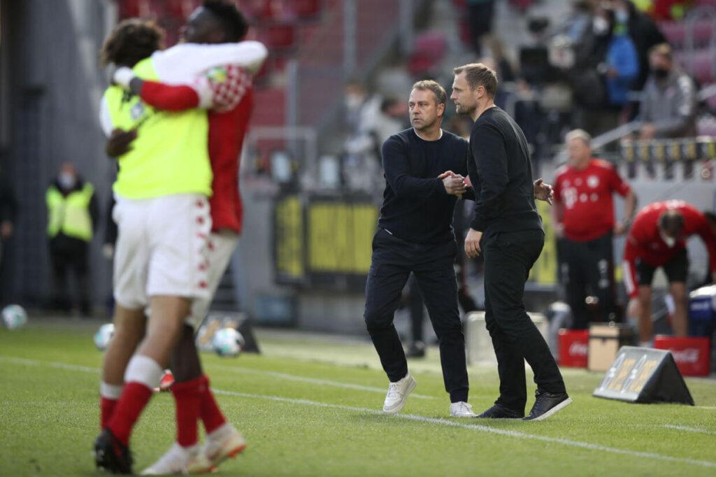 Bo Svenssonnak gratulál Hansi Flick a Bayern München edzője. Fotó:Tom Weller / Ritzau Scanpix