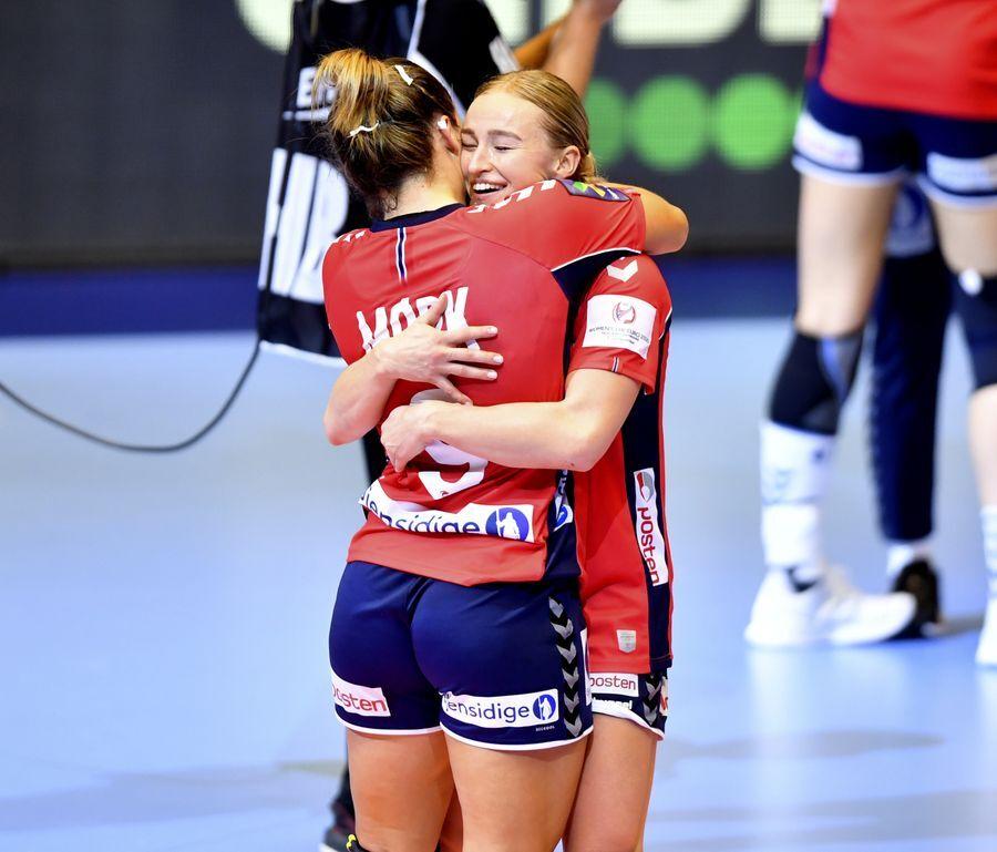 Nora Mörk és Stine Bredal Oftedal az EB győzelme után. Fotó Bjorn S Delebekk VG.no