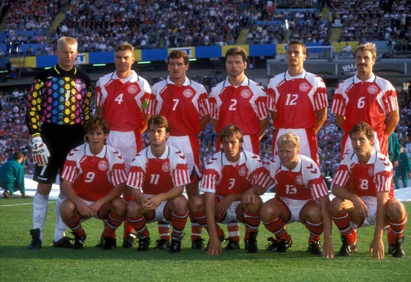 Az 1992-es Eb-győztes dán labdarúgó válogatott a németek elleni döntő előtt.