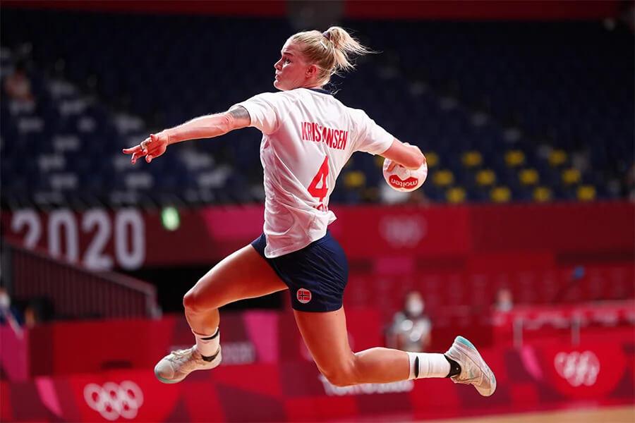 Veronica Kristiansen ugyan annyi vakszot használ minden labdánál. Fotó: IHF