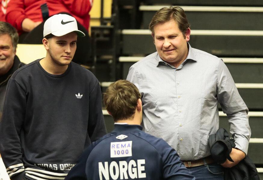 Erlend Sagosen (jobbra), fiával Sanderrel beszélget egy válogatott mérkőzés után. Fotó. Lise Åserud / NTB.